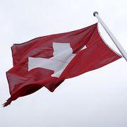 Eine vom Winde verwehte Schweizerfahne am Genfersee. (Archivbild)