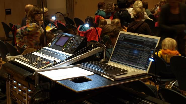 Modernste Technik im Einsatz - von hier aus wird Licht und Musik gesteuert