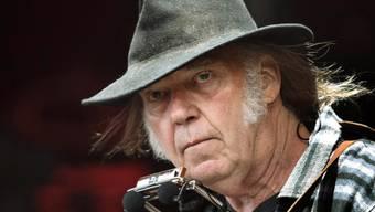 ARCHIV - Neil Young tritt auf dem Roskilde Festival auf. Foto: Nils Meilvang/SCANPIX DENMARK/dpa