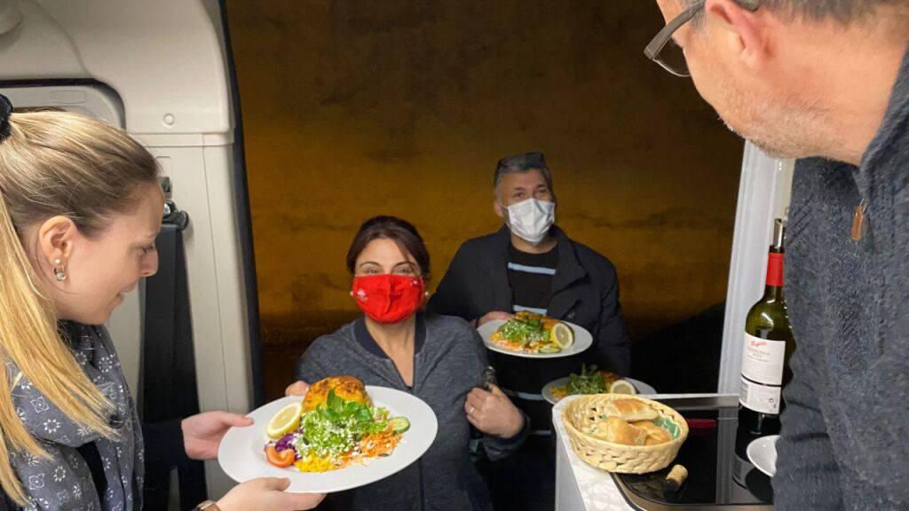 Aktion in Corona-Zeit: Im Wohnmobil auf Parkplatz-Restaurant essen