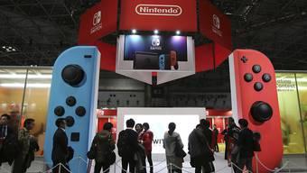 Der japanische Spiele-Hersteller Nintendo verkauft im jüngsten Geschäftsquartal rund 3,2 Millionen Switch-Konsolen. (Archivbild)