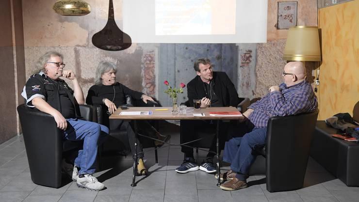 Die Gastgeber Kurt Gilomen (links) und  Dagobert Cahannes (rechts) mit den Gästen Freddy Steady Frutig und Kevin Schläpfer