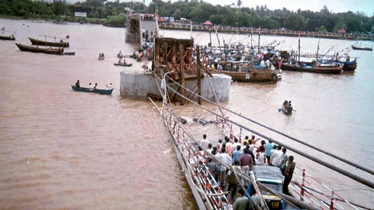 Ein Bild der zerstörten Brücke nördlich von Bombay.