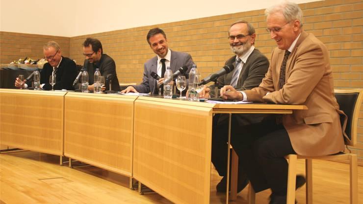 Ernstes Thema, heiter Stimmung:Hans Egloff, Balthasar Glättli, Jürg Krebs, Thomas Weibel, Hans-Ulrich Bigler. Einig waren sich alle in einem Punkt Wirtschaftliche Exzesse haben eine Gegenbewegung ausgelöst.