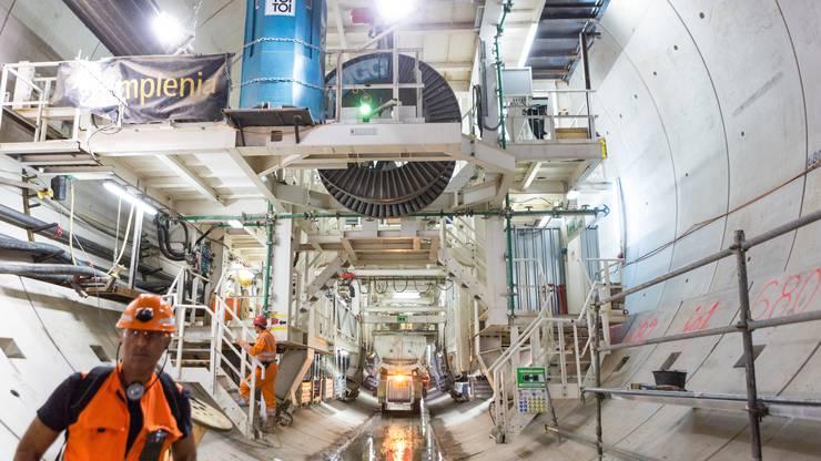 Die tonnenschwere Bohrmaschine wird voraussichtlich zwischen Mitte November und Mitte Dezember das andere Tunnelende in Effingen erreichen.
