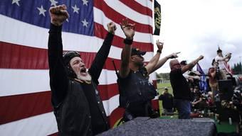 Mitglieder der «Proud Boys» jubeln: Die Gruppierung steht auf der Seite von US-Präsident Donald Trump. Diesem ist die Unterstützung alles andere als unangenehm.