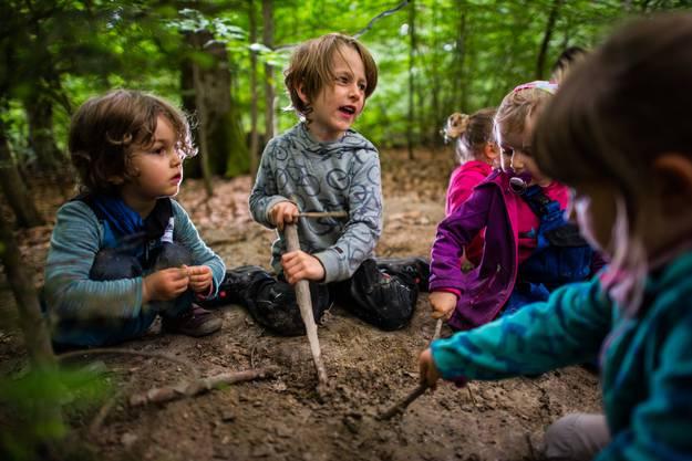 Wenn Kinder mit ihren Freunden zusammen sind, kann auch aus einem simplen Stock ein tolles Spielzeug werden.