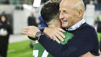 St. Gallens Trainer Peter Zeidler freut sich mit Boris Babic über ein weiteres Erfolgserlebnis