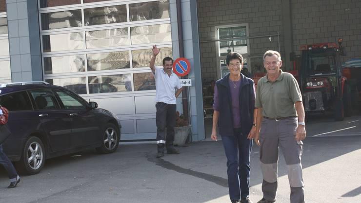 Alles Gute: Käthi und Eugen Schärer sagen Adieu, Nachfolger Martin Berchtold winkt zum Abschied.  (BIld: Graziella Hartmann)