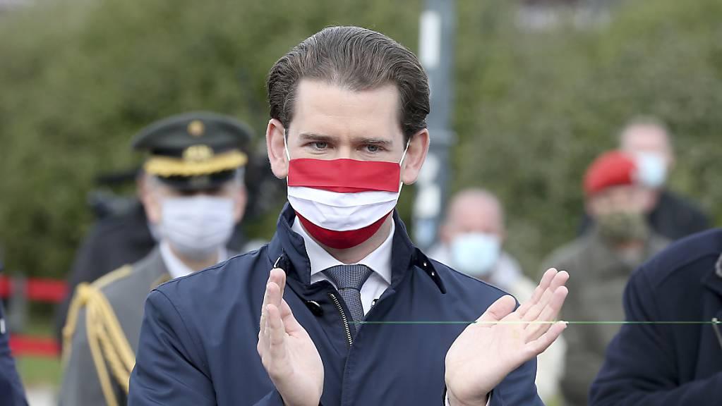 Sebastian Kurz (ÖVP), Bundeskanzler von Österreich, trägt eine Mund-Nasen-Bedeckung.