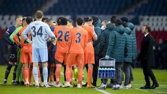 Nach dem Vorfall diskutieren die Teams das weitere Vorgehen und verschwinden dann in der Kabine. (Bild: www.imago-images.de)