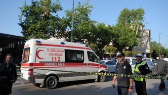 Polizeikräfte sichern den Anschlagsort in Bursa. Eine Selbstmordattentäterin hatte sich nahe der Grossen Moschee, dem Wahrzeichen der anatolischen Millionenstadt, in die Luft gesprengt.