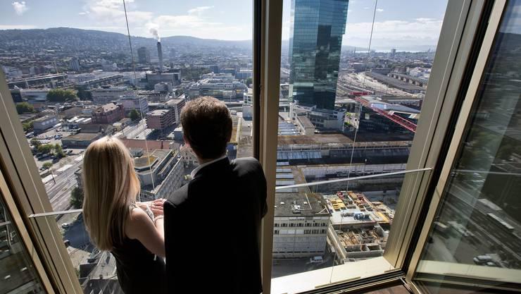 Besucher blicken aus einer Eigentumswohnung im Mobimo Tower mit Blick auf den Prime Tower (Symbolbild)