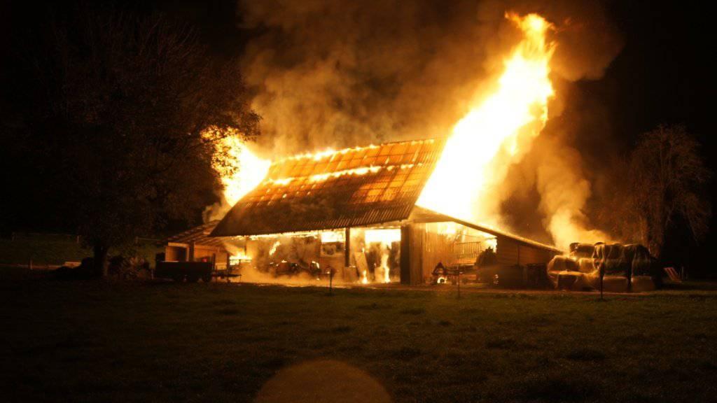 Die abgebrannte Scheune befindet sich auf dem Weiler Bibersee bei Cham im Kanton Zug.