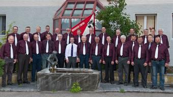 Die Mitglieder des Männerchors Leimiswil mit ihrem Dirigenten Lukas Ryser (weisses Hemd). Untere Reihe vorne, 3.v.l.: Anton Käser, ältestes und dienstältestes Mitglied.