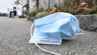 Eine weggeworfene Corona-Schutzmaske. (Symbolbild)