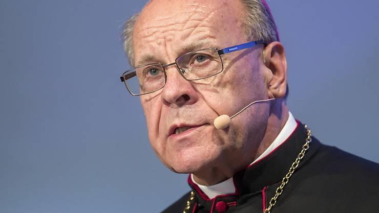 Zieht sich nach dem Ende seiner Amtszeit als Churer Bischof in ein Knabeninstitut zurück: der 76-jährige Vitus Huonder (Archivbild).