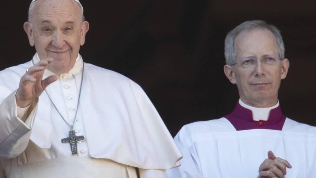 ARCHIV - Der päpstliche Zeremonienmeister Guido Marini (r) neben Papst Franziskus. Nach 14 Jahren im Amt, ernannte Franziskus den 56-Jährigen nun zum Bischof von Tortona im Piemont. Foto: Alessandra Tarantino/AP/dpa