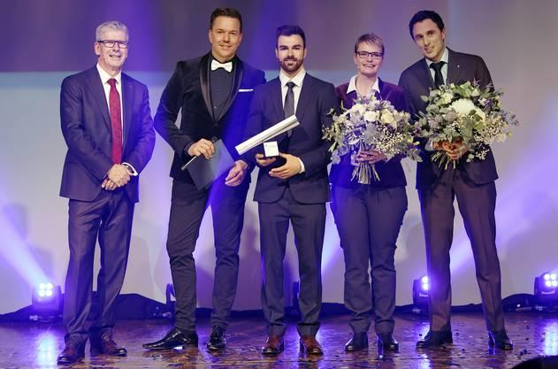 NAB-CEO Roland Herrmann, Moderator Sven Epiney, Aargauer des Jahre Oliver Hegi und die knapp unterlegenen Kandidaten Franziska Aellen und Pascal Jenny.