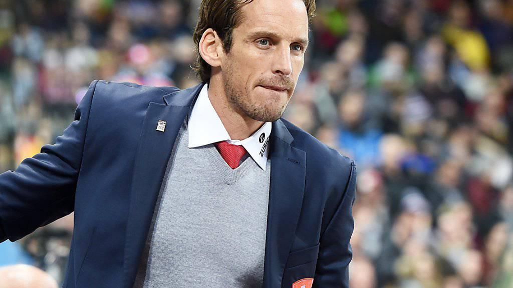 Patrick Fischer - im Bild während des Spengler Cups in Davos - gewann mit seiner Mannschaft das letzte Testspiel vor Olympia gegen Norwegen mit 4:2.