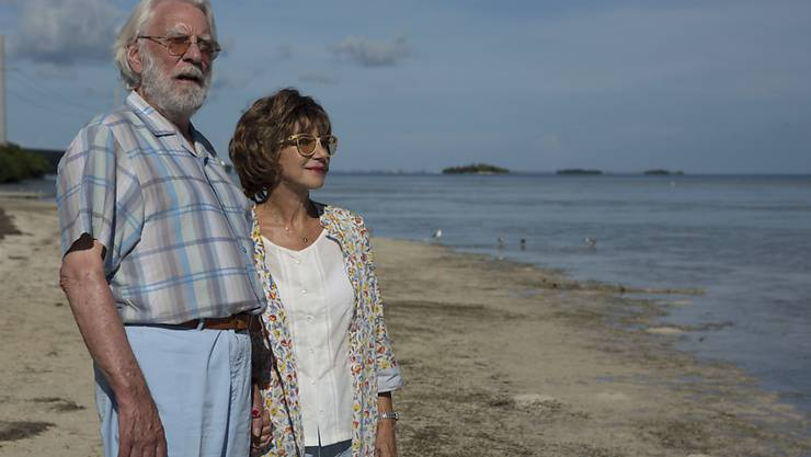 """Donald Sutherland (l) und Helen Mirren (r) in eine Szene aus dem Film """"The Leisure Seeker"""": Am Zurich Film Festival wird der Schauspieler Sutherland für sein Lebenswerk geehrt und seinen neuesten Film persönlich vorstellen.  (Sony Pictures Classic via AP)"""
