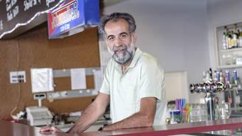 Aziz Ivecen in seiner Bar, wo er den Grossteil seiner Zeit verbringt.
