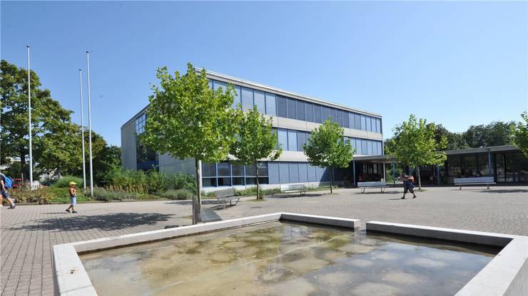 Das Schulgebäude Bläuen der gemeinsamen Erzbachtal-Schulen.