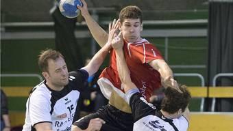 Solothurns Tom Althaus (Mitte) im Kampf um den Ball gegen Möhlins Marco Lenzin (links).