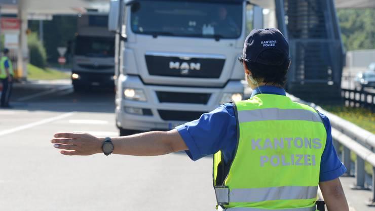 Die Polizei sucht nun nach dem Lastwagen-Chaffeur, der am Dienstagmittag in Gränichen unterwegs war. (Symbolbild)