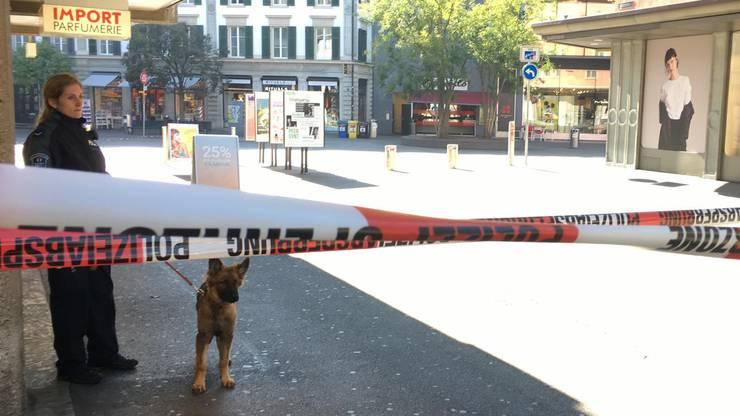 Die anonyme Bombendrohung geht am Donnerstag, 1. November 2018, beim Warenhaus Manor in der Innenstadt von Baden ein.