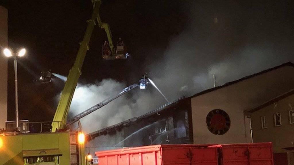 Die Feuerwehr stand mit mehreren Dutzend Löschkräften aus vier Korps im Einsatz.