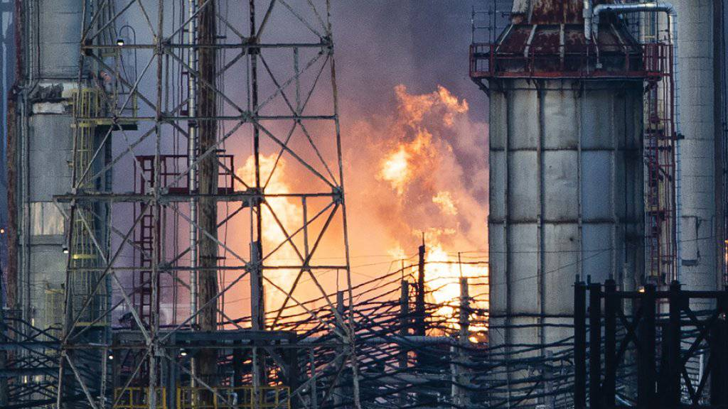 Grossbrand in Raffinerie ausgebrochen