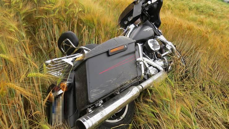Die Maschine des Unfallverursachers rollte noch weiter und landete in einem Getreidefeld.