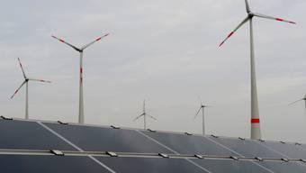 Deutscher Energiemix: Solaranlagen und Windkraftanlagen