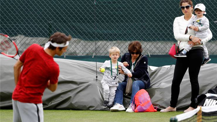 Mutter Mirka und Grossmutter Lynette verfolgen mit den Zwillingen Lenny und Leo das Training von Papa Roger. key