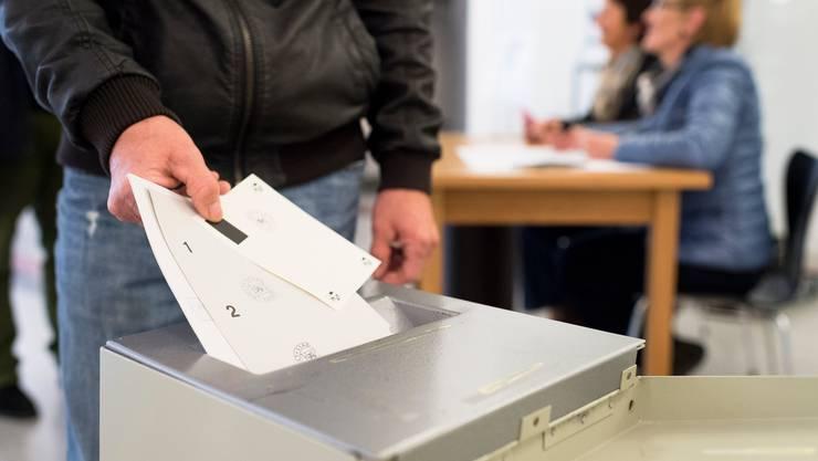 Wer in Neuenburg an die Wahl- und Abstimmungsurne will, muss auch künftig 18 Jahre alt sein. (Symbolbild)