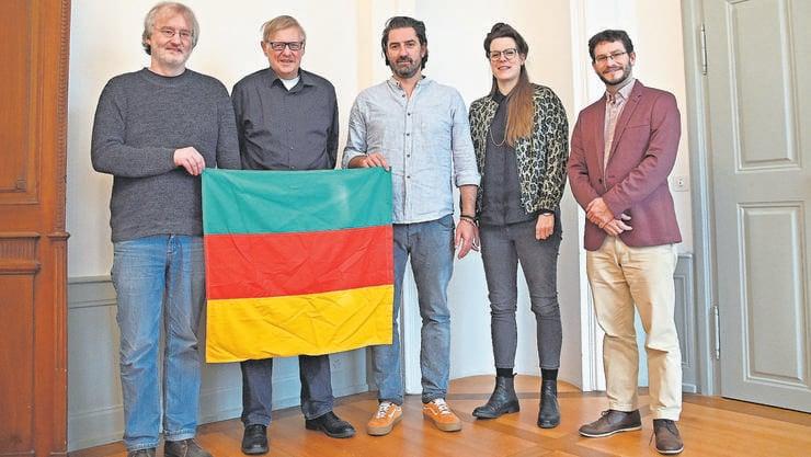 Vereinsvorstand mit der Fahne: Stephan Müller, Peter Roschi. Daneben Ivica Petrusic, Lena Friedli und Stadtarchivar Raoul Richner.
