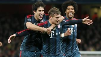 Martinez (links) und Dante (rechts) feiern das 1:0 von Kroos