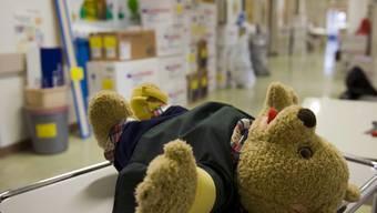 Ein Teddybär liegt bereit für den Umzug.