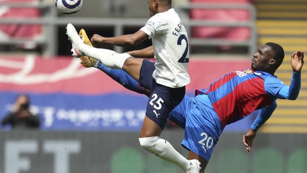 Manchester Citys Fernandinho (links) pflückt einen Ball aus der Luft