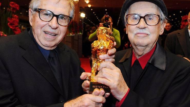 Die Gebrüder Taviani 2012 mit dem Goldenen Bären der Berlinale. Nun ist Vittorio Taviani (r) mit 88 Jahren gestorben.
