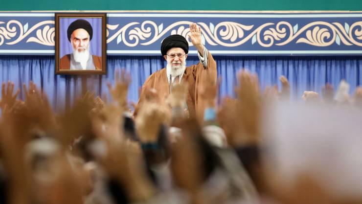 Ajatollah Ali Chamenei bei einem Treffen mit Mitgliedern der Basidsch-Einheiten, die an der Niederschlagung der Proteste beteiligt waren.