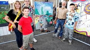 Die Sieger mit Lehrer Jürg Haugstetter vor ihrem prämierten Bild «Der Eichenweg».  Felix Gerber