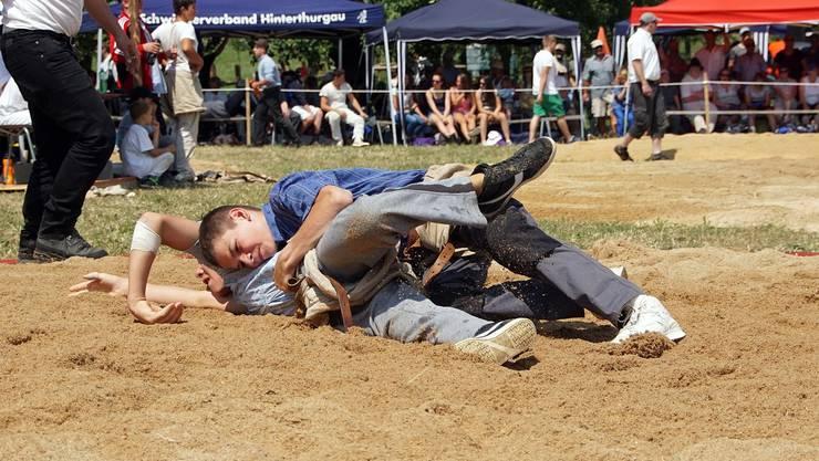 Remo Vogel (oben) gewinnt mit guter Bodentechnik gegen Raphael Bischof.