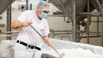 Verarbeitung des Nebenprodukts: Der Käser verarbeitet die Molke zu Ricotta. Mozzarella darf nicht reissen: Geschäftsführer und gelernter Käser Martin Meier erklärt die Qualitätsmerkmale des Käses.