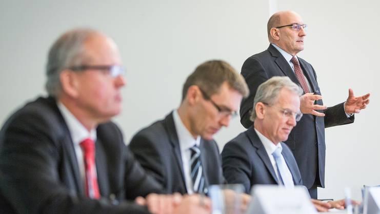 HRS-CEO Martin Kull (r.) präsentiert das neue Projekt. Im Vordergrund (v.l.) Beat Blattner (Stadion Aarau AG), Stadtrat Lukas Pfisterer und HRS-Sprecher Sven Bradke.