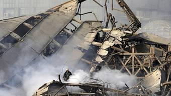 Zuerst der Brand, worauf die Feuerwehrmänner ihre Arbeit begannen - dann der Einsturz des Teheraner Hochhauses aus den 1960er Jahren, der auch Löscharbeiter unter sich begrub.