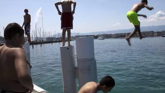 Jungs springen in den Genfersee (Symbolbild)