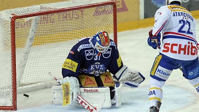EVZ-Goalie Kilpelainen von Victor Stanescu zum 0:1 bezwungen.