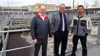 Reto von Schulthess von der Firma Holinger AG, Betriebsleiter Markus Blättler und Klärmeister Roman Bieri vor der modernisierten Schwachlastanlage der Abwasserreinigungsanlage Langmatt in Wildegg.